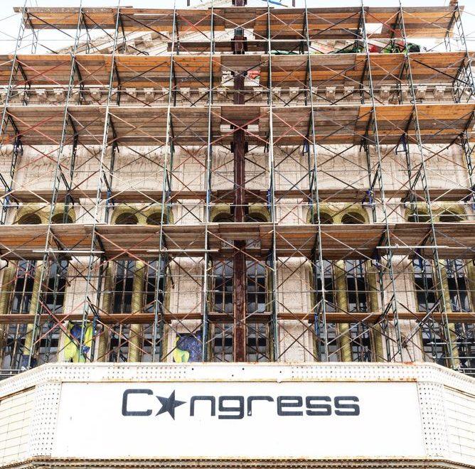 Stillasene holder en bygning sikker under konstruksjon